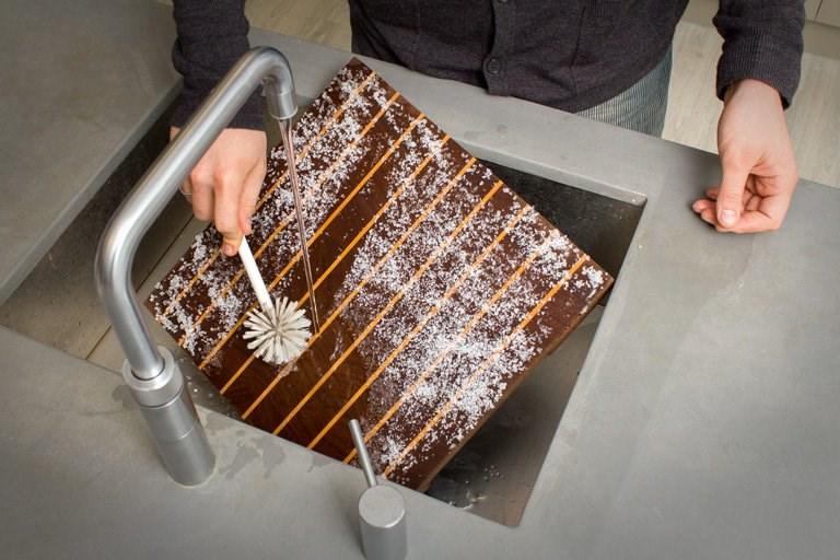 Spoel de plank na het inwrijven af onder de kraan